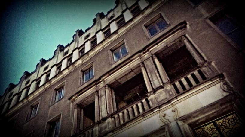 """Budynek """"S"""", pod którym mieści się schron. Już sama jego fasada robi wrażenie /INTERIA.PL"""