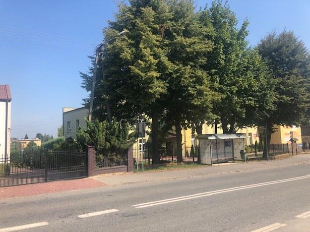 Budynek szkoły podstawowej, za którą znajduje się nielegalne składowisko odpadów /Michał Dobrołowcz /RMF FM