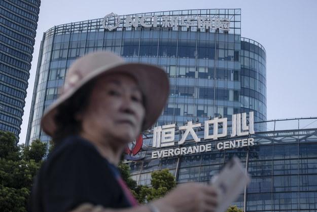 Budynek z logo Evergrande w Szanghaju /ALEX PLAVEVSKI /PAP/EPA