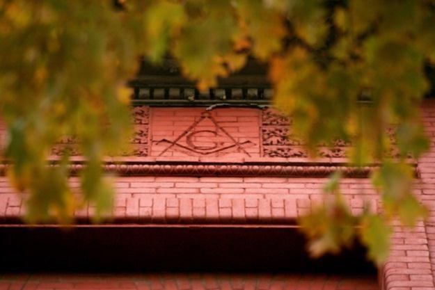 Budynek z symbolami masońskimi /AFP