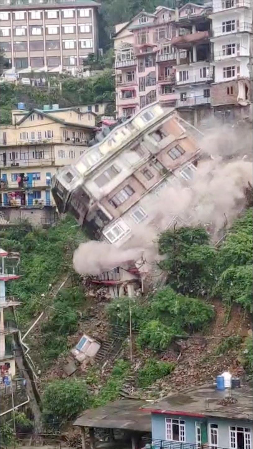 Budynek zawalił się uszkadzając dwa inne /PAWAN KUMAR /Agencja FORUM