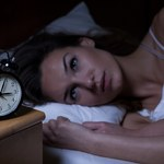 Budzisz się w nocy o konkretnej godzinie? Sprawdź, co może to oznaczać