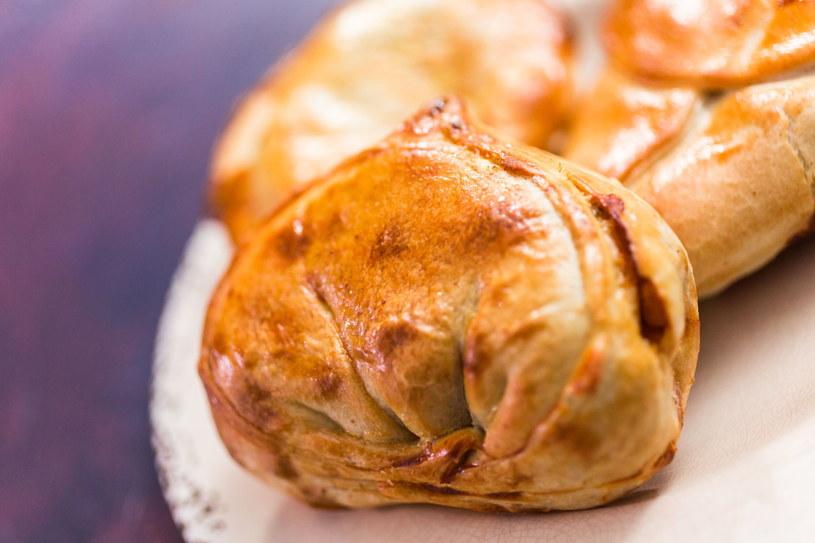 Bułeczki drożdżowe z mięsnym lub warzywnym nadzieniem mogą być dodatkiem do wielu zup lub pożywnym drugim śniadaniem /123RF/PICSEL