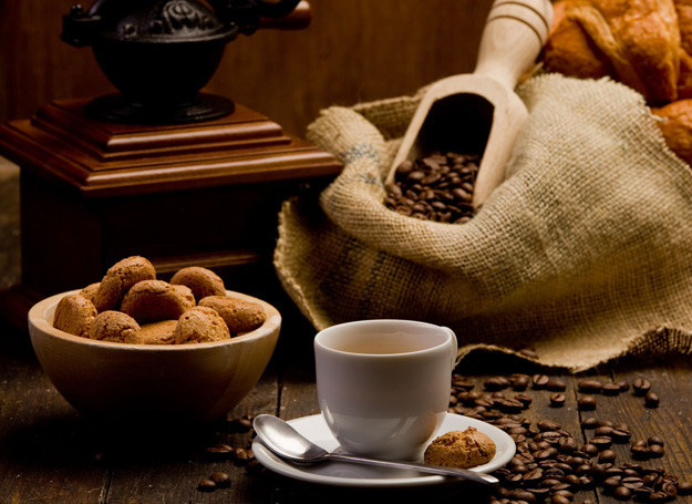 Bułeczki kawowe wzmacniają smak kawy. /123RF/PICSEL