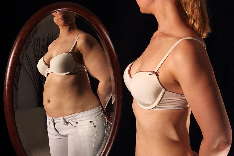 Bulimia ma podłoże psychiczne. Chora osoba panicznie boi się tycia /123RF/PICSEL