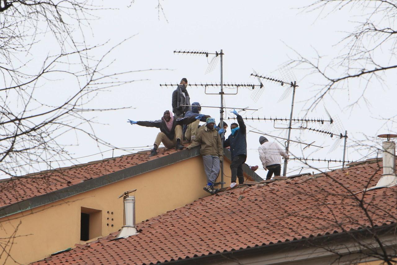 Bunt we włoskich więzieniach, bo zawieszono odwiedziny z powodu koronawirusa