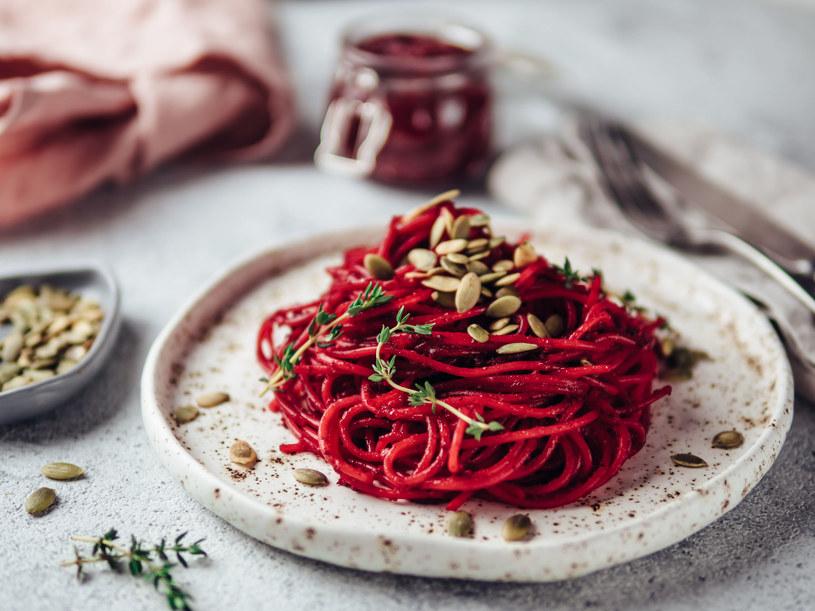 Buraczane spaghetti /123RF/PICSEL