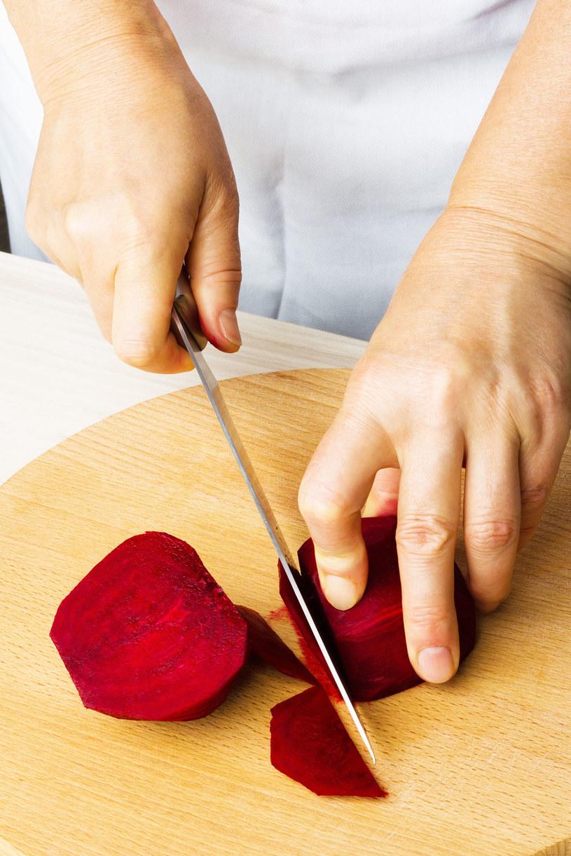 Buraka obierz i pokrój w cienkie plastry /123RF/PICSEL