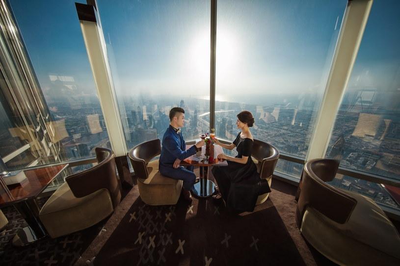 Burdż Chalifa mierzy aż 828 m wysokości, a na szczycie mieści się najwyżej położona restauracja świata /materiały prasowe