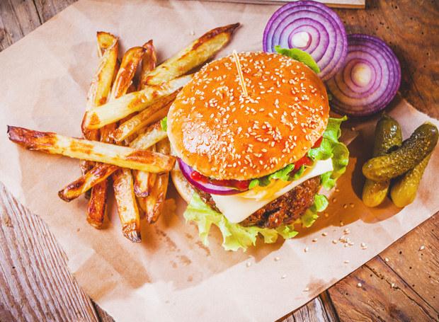Burger i frytki? Nienajlepszy pomysł na obiad /123RF/PICSEL