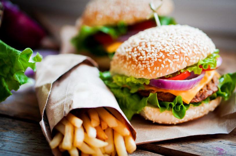 Burger i frytki /©123RF/PICSEL