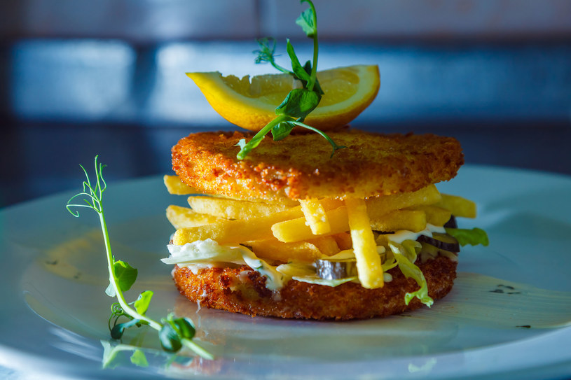 Burger kalafiorowy /123RF/PICSEL