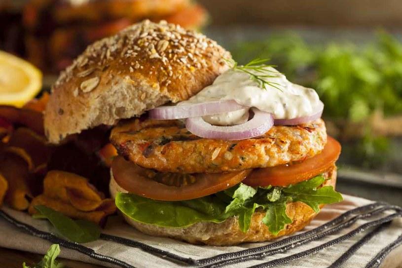 Burger rybny /123RF/PICSEL