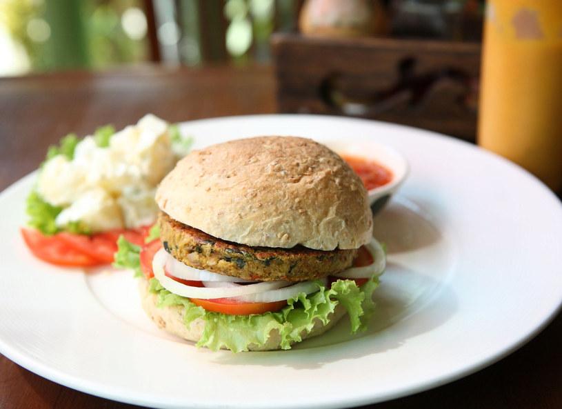 Burger w wersji wegetariańskiej zachwyci również mięsożerców /Picsel /123RF/PICSEL