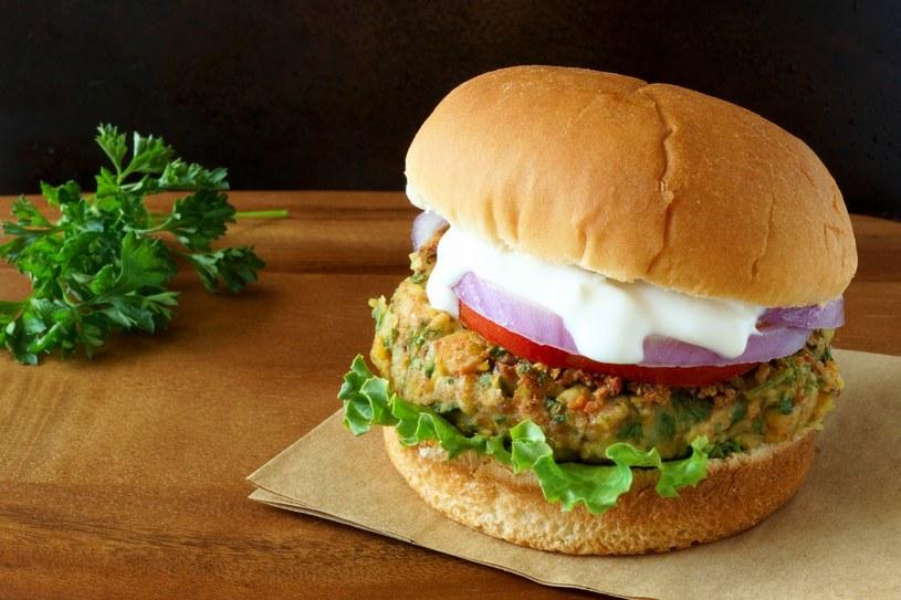 Burger wegetariański /123RF/PICSEL