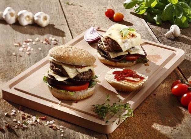 Burger z grillowanymi warzywami i serem /materiały prasowe /materiały prasowe