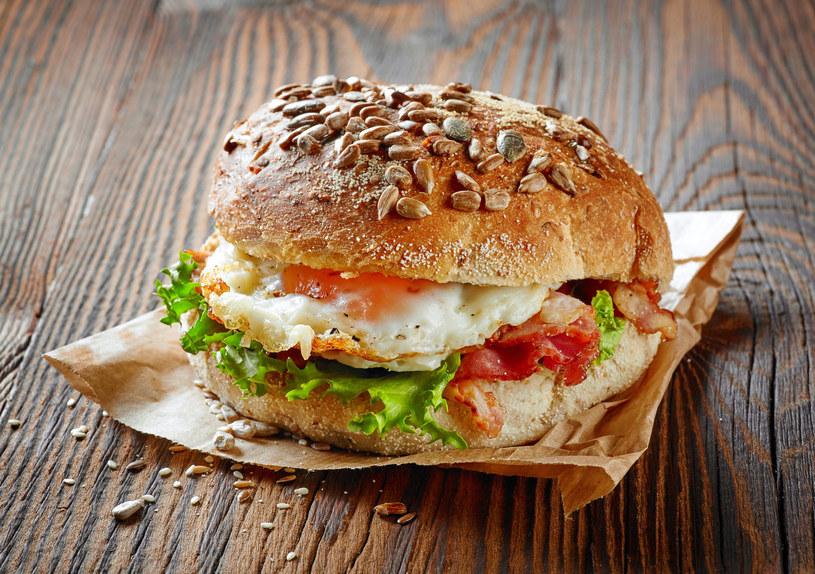 Burger z jajkiem /123RF/PICSEL