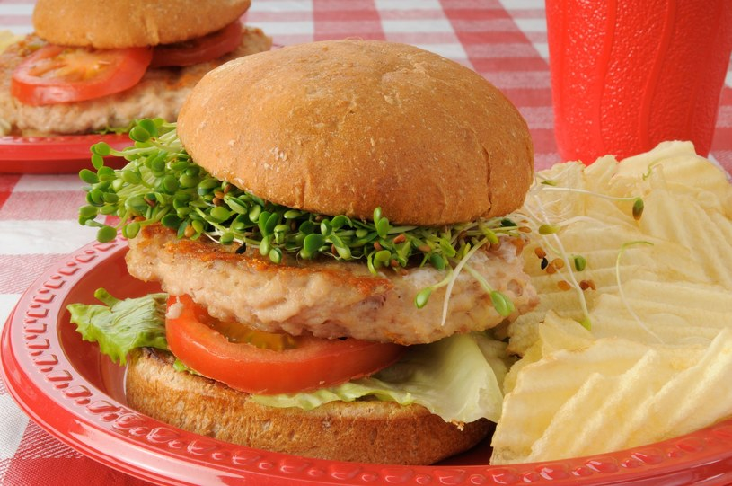 Burger z kiełkami /123RF/PICSEL