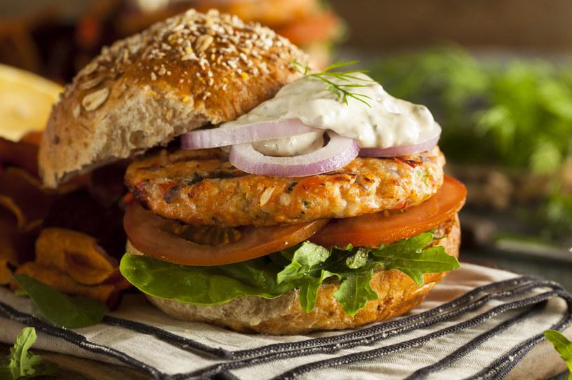 Burger z łososiem /123RF/PICSEL