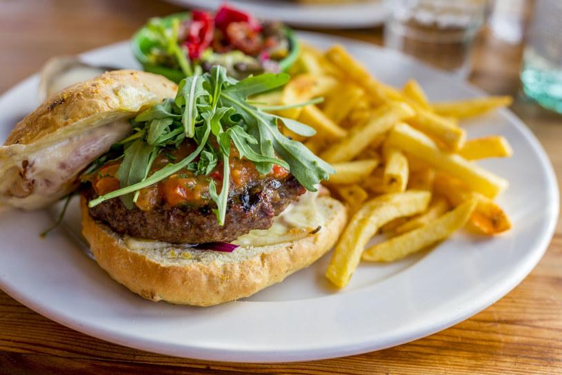 Burger z rukolą /123RF/PICSEL