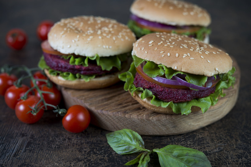 Burgery z buraczkami /123RF/PICSEL