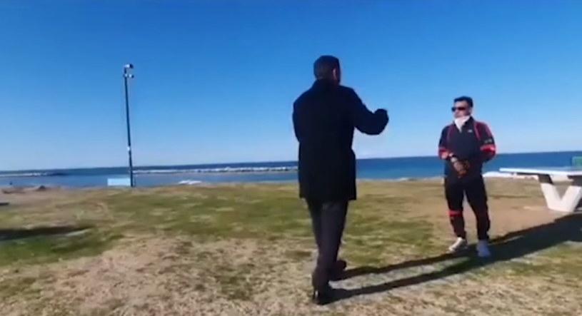 Burmistrz Bari gestykulując przepędza mieszkańca z plaży /Facebook /