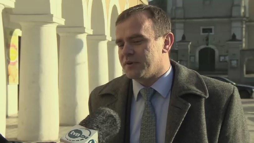 Burmistrz Błaszek oddaje połowę pensji potrzebującej młodzieży /TVN24/x-news