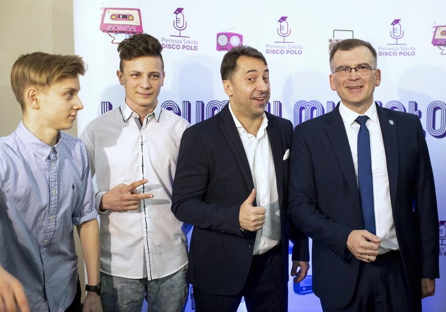 Burmistrz Michałowa Marek Nazarko (P), lider i wokalista zespołu disco polo Boys Marcin Miller (2P) oraz uczniowie liceum podczas konferencji prasowej /Michał Zieliński  /PAP