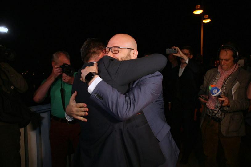 Burmistrz Słubic Mariusz Olejniczak i burmistrz Frankfurtu Rene Wilke podczas spotkania z okazji ponownego otwarcia granicy polsko-niemieckiej w Słubicach /PAP