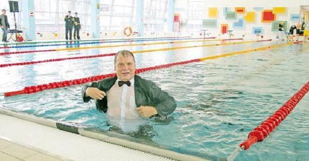 Burmistrz w ramach oficjalnego otwarcia wskoczył do wody w garniturze /strzelecopolski.pl