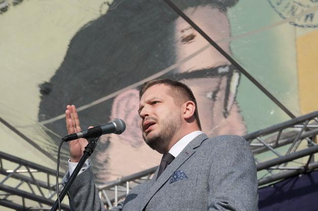 Burmistrz Woli Krzysztof Strzałkowski podczas odsłonięcia muralu upamiętniającego Jana Lityńskiego /Marek Michalak /PAP/EPA