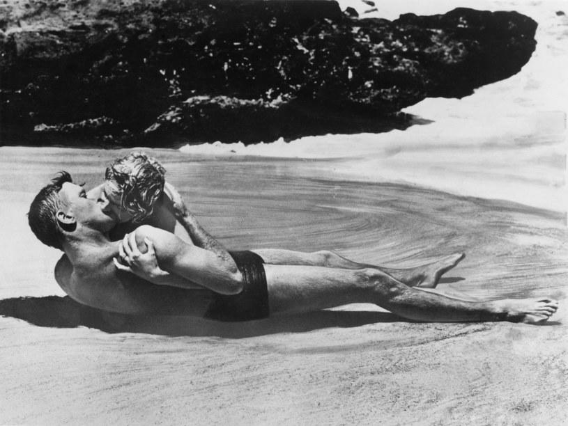 "Burt Lancaster i Deborah Kerr w filmie ""Stąd do wieczności"" /Columbia Pictures /Getty Images"
