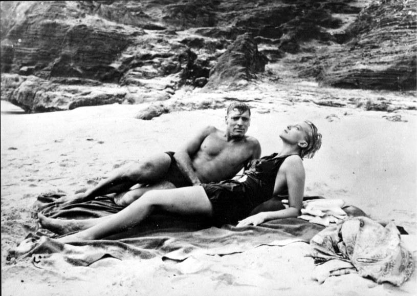"""Burt Lancaster i Deborah Kerr w słynnej scenie z filmu """"Stąd do wieczności"""" (1953) /AKPA"""
