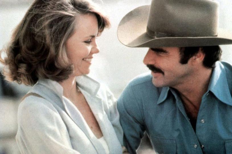 """Burt Reynolds i Sally Field w """"Mistrz kierownicy ucieka"""" (1977) /materiały dystrybutora"""