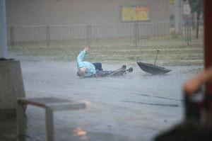 Burza i ulewy nad wieloma miastami. Silny wiatr przewracał ludzi, raziły pioruny
