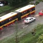 Burza w Warszawie. Zalane ulice, problemy w komunikacji miejskiej
