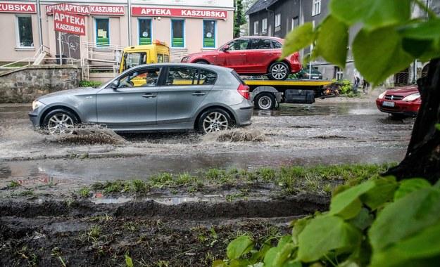 Burza z gradem przeszła wczoraj w wielu rejonach Polski. Na zdjęciu podtopione ulice w Gdańsku. Fot. Karolina Misztal / Reporter /