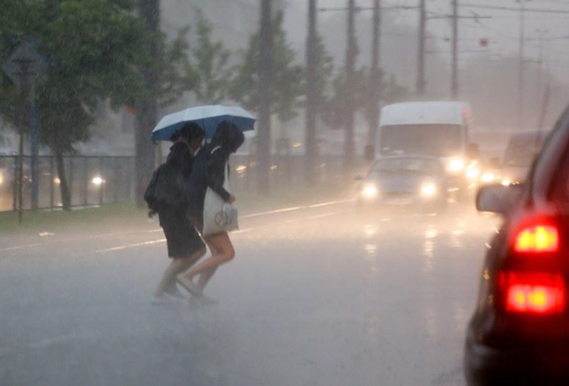 Burza z gwałtowną ulewą przeszła także nad Warszawą /Paweł Supernak /PAP