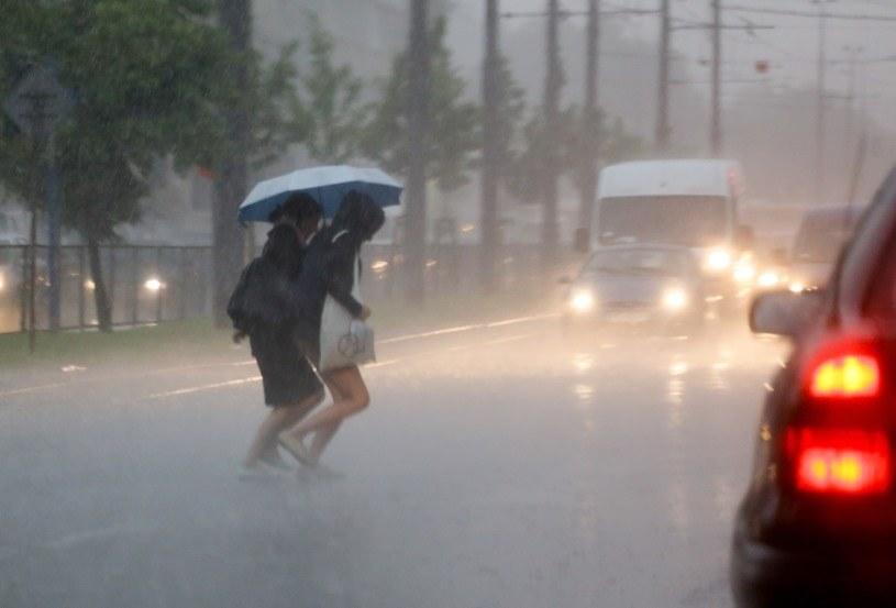 Burza z gwałtowną ulewą przeszła w poniedziałek nad Warszawą /Paweł Supernak /PAP
