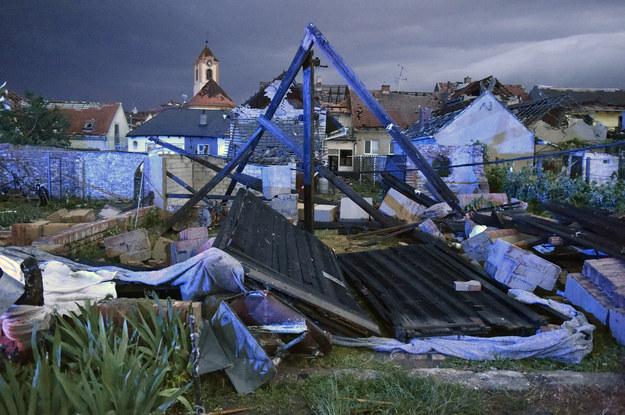 Burze uszkodziły wiele domów we wsiach Hrusky i Moravska Nova Ves /Vaclav Salek /PAP/CTK