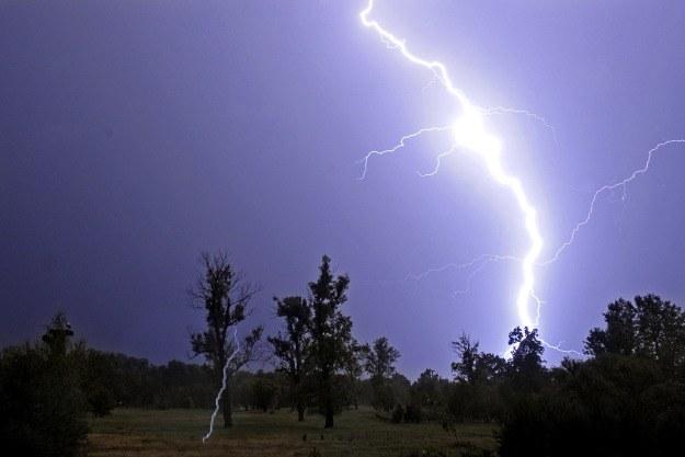 Burze, wiatr, intensywne opady deszczu i gradu są bardzo częstą przyczyną awarii elektroniki /AFP