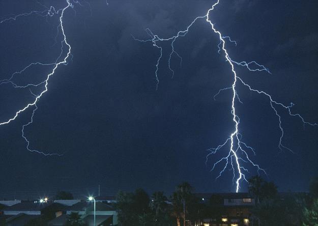 Burze, wichury, ulewy - to tylko niektóre zjawiska pogodowe potrafiące wyrządzić szkody naszym domom /poboczem.pl