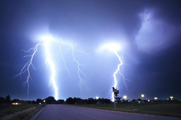 Burzom towarzyszyć mogą porywiste wiatry, opady deszczu i lokalnie gradu /© Bauer
