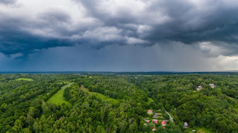 Burzowe chmury nad Kazimierzem Dolnym /Łukasz Szczepański  /Reporter