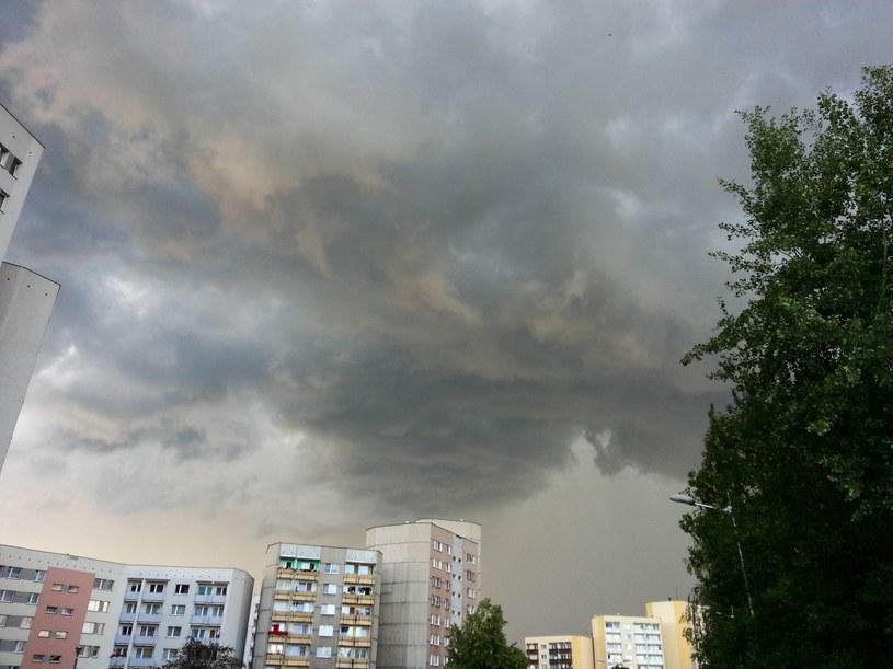 Burzowe chmury spodziewane są w 11 województwach /Tomasz Kawka /East News