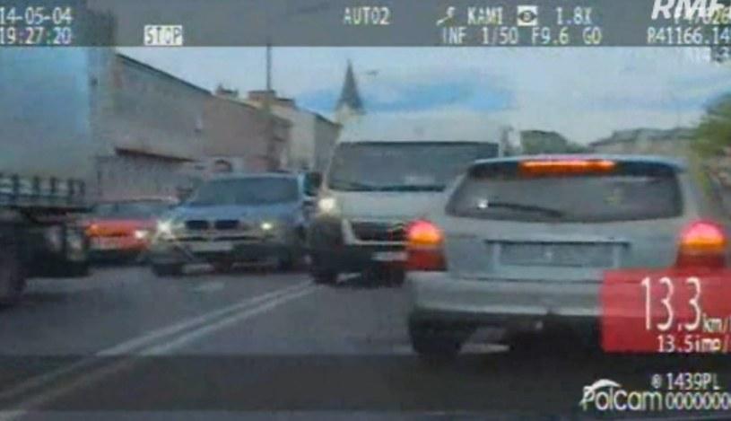 Bus jechał pod prąd spychając inne auta /Policja