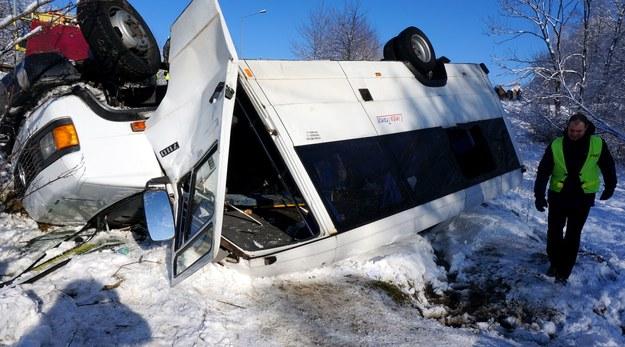 Bus spadł z 3-metrowej skarpy /Policja /PAP