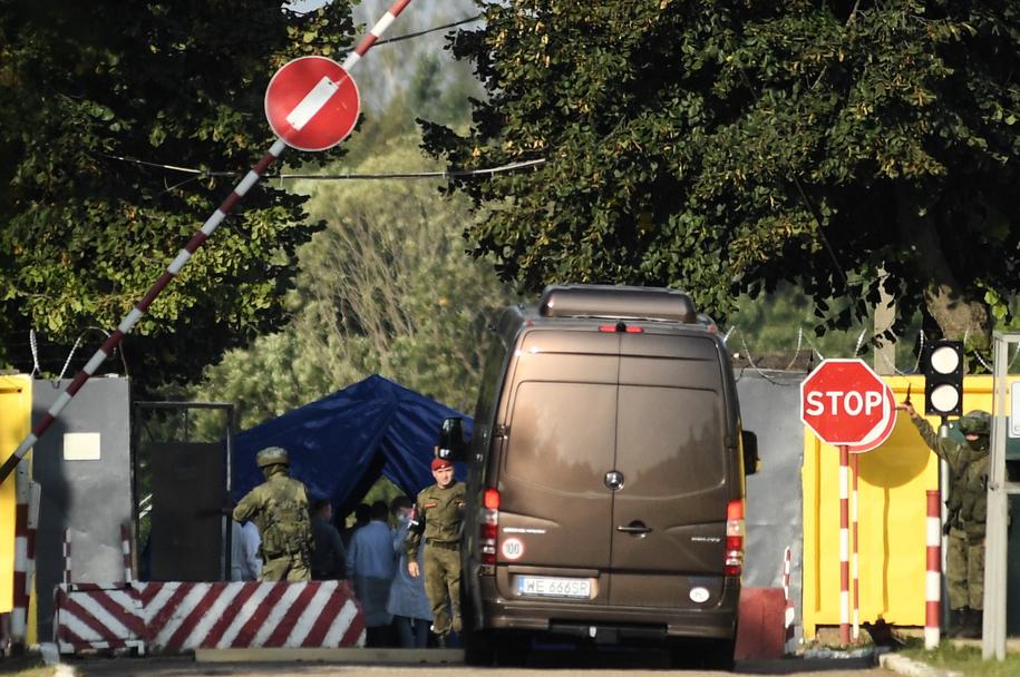 Bus z polskimi prokuratorami wjeżdżający na lotnisko w Smoleńsku /Wojciech Pacewicz /PAP