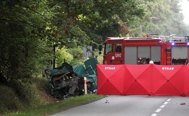 Bus zderzył się z ciężarówką, zmarło 4 mężczyzn. Wstępne przyczyny wypadku