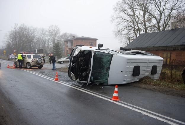 Bus został uderzony w bok i wywrócił się na bok /PAP